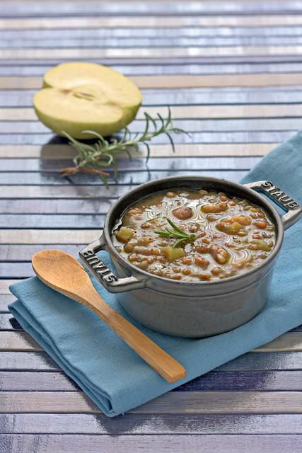 Zuppa di castagne, lenticchie e riso integrale in cocotte in ghisa Staub