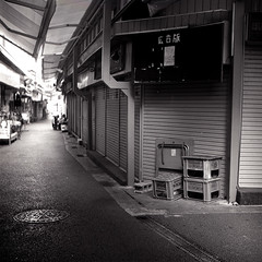 Alley of Okinawa (ari@098) Tags: tlr monochrome mediumformat alley 400tx d76 okinawa 120mm 80mm 66 ricohflex newdia